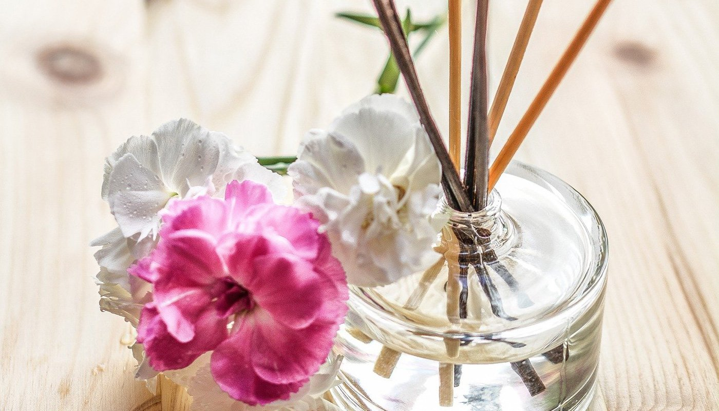 Diffuser with sticks and flowers